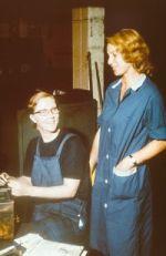 zwei Arbeiterinnen beim Schwatzen