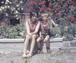 Muttie mit Sohn im Garten