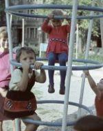 Kinder auf dem Spielplatz - 1967