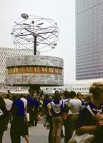 FDJler bei den Weltfestspiele 1973 in Berlin auf dem Alexanderplatz an der Weltzeituhr