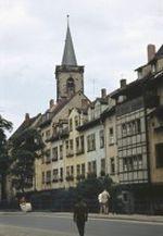 Straßenzug in Erfurt mit Ägidienkirche im Hintergrund