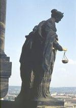 Statue auf der Hofkirche am Theaterplatz in Dresden