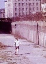 Kleiner Junge im amerikanischen Sektor an der Mauer