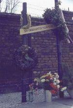 Mahnmal für den unbekannten Flüchtling in der Bernauer Straße in Westberlin