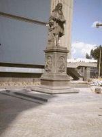 Gottfried Wilhelm Leibniz Denkmal vor dem Uniriesen in Leipzig
