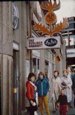 Vor dem Berliner Kabarett