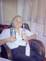 Opa ist zufrieden mit der Bescheerung