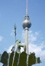 Berlin Alexanderplatz - Fernsehturm hinter Neptunbrunnen  1973