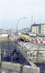 Kontrolle zweier Bundespostautos am Grenzübergang Prinzenstraße im amerikanischen Sektor von Westberlin