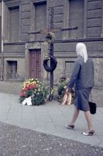 Gedenkkreuz für einen Toten an der Grenze in der Bernauerstraße Westberlin